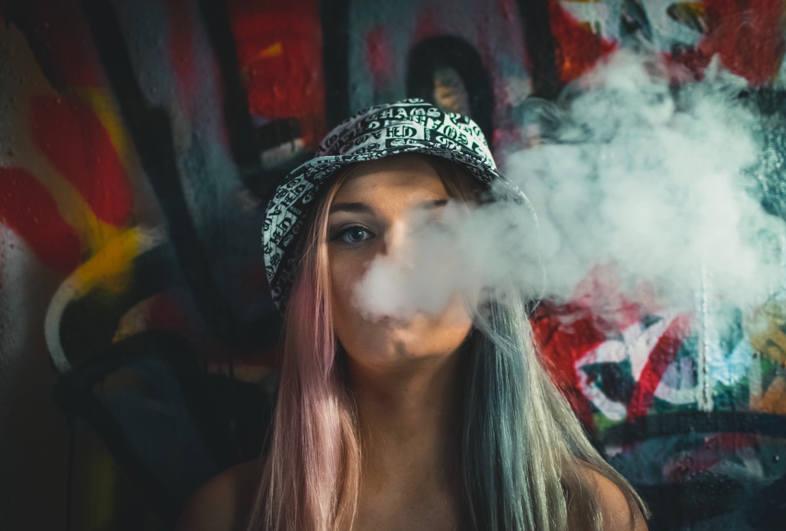 Cigarrillo electrónico y humo más denso