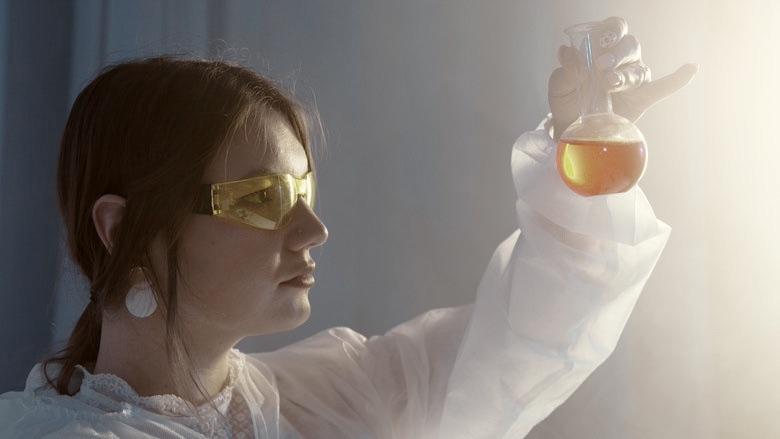 Mujer mezclando líquidos para el cigarrillo electrónico