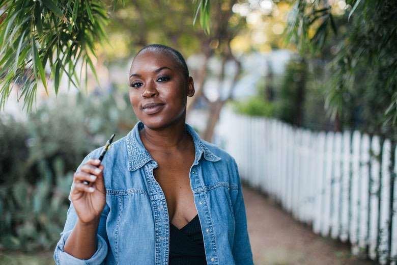 Mujer que dejó de fumar con el cigarrillo electrónico
