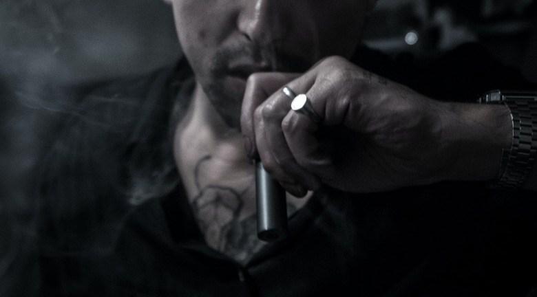 Novato en el vaping con un cigarrillo electrónico para principiantes