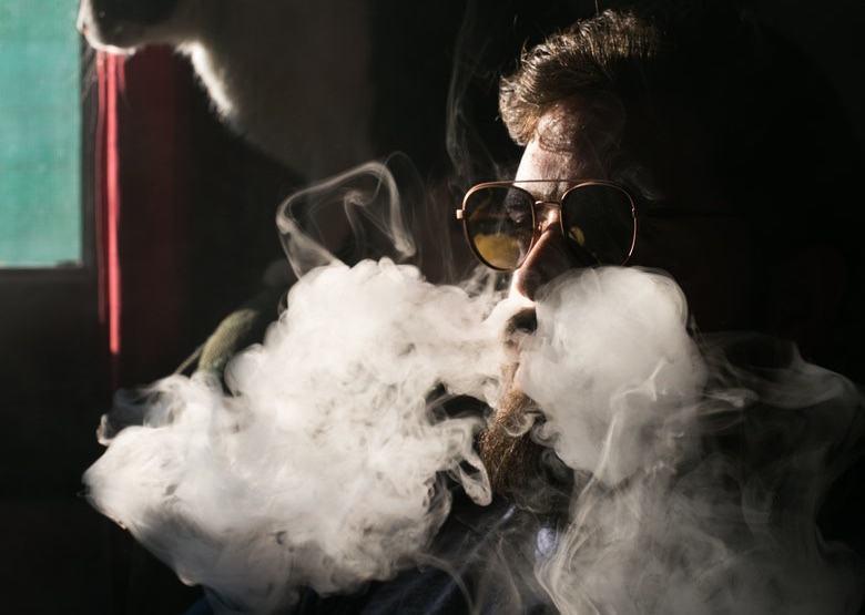 Vaper inhalando líquido de marihuana