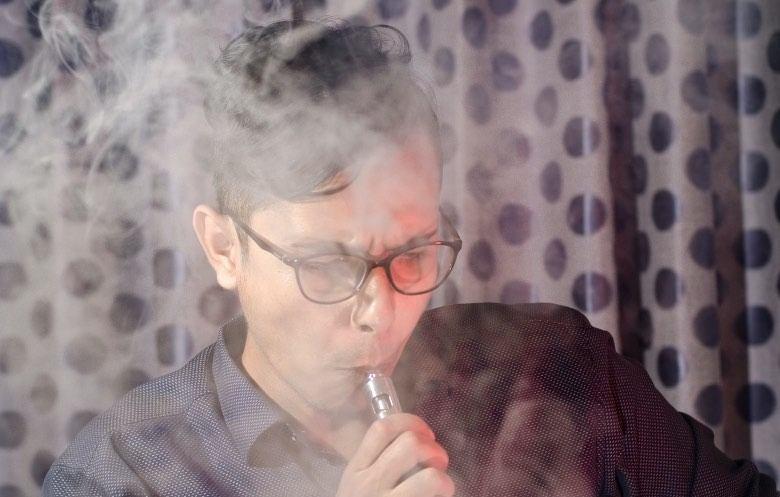 Atomizador de mejilla con cigarrillo electrónico