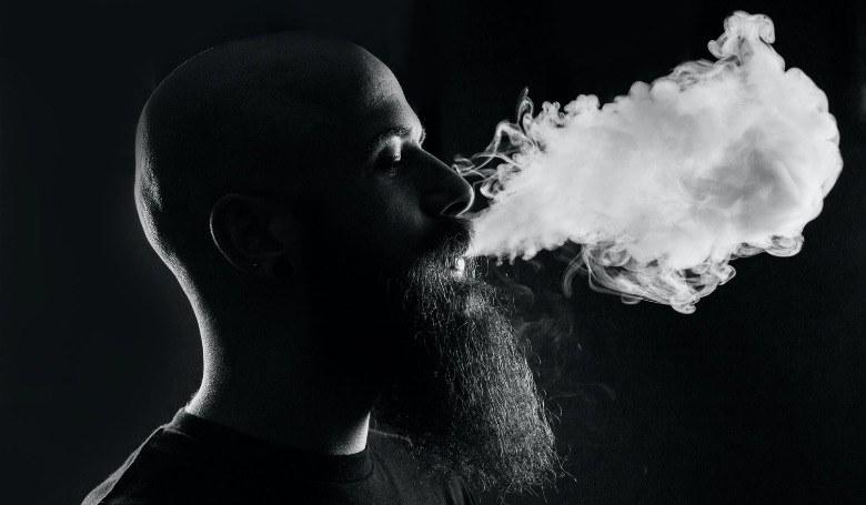 El hombre comienza a usar cigarrillos electrónicos